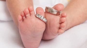 Dětské nožičky a snubní prstýnky